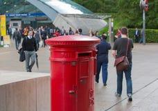 皇家邮件红色岗位箱子在金丝雀码头,伦敦 库存图片