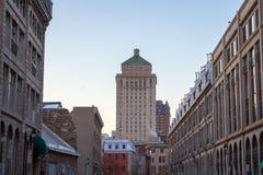 皇家银行更旧的大厦包围的塔摩天大楼在老蒙特利尔,魁北克,加拿大 免版税图库摄影