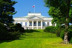 从皇家浴看见的Belweder宫殿在华沙,波兰停放 免版税库存图片