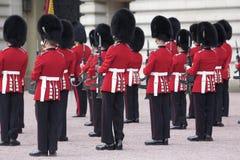 皇家buckingham更改的卫兵的宫殿 免版税图库摄影