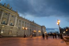 皇家Palacee正面图在有某些人走的马德里 免版税库存图片