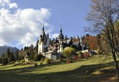 皇家Peles城堡在从锡纳亚的秋天在罗马尼亚 免版税库存照片