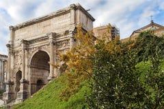 皇帝在罗马论坛的Septimius Severus凯旋门在罗马 免版税库存照片