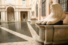 皇帝康斯坦丁雕塑巨人的脚和部分R的 库存照片