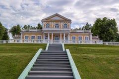 皇帝彼得大帝旅行宫殿在Strelna, StPetersburg,俄罗斯 免版税图库摄影