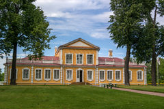 皇帝彼得大帝旅行宫殿在Strelna, StPetersburg,俄罗斯 图库摄影