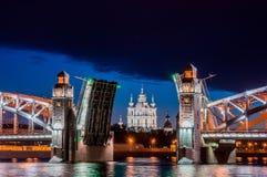 皇帝彼得大帝离婚的桥梁在白色期间的在附近 免版税库存照片