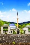 皇帝` s清真寺在萨拉热窝, Miljacki河的河岸的,波黑 免版税库存照片