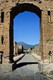 皇帝Nerone曲拱有维苏威的在背景中 库存照片