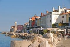 皮兰海边镇沿江边Presernovo Nabrezje街道的在皮兰海湾亚得里亚海的 免版税库存图片