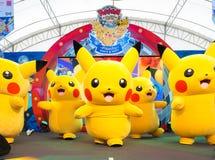 皮卡丘吉祥人在一个室外帐篷里面的一个阶段跳舞在泰国模范,在Pokemon天活动,组织在儿童` s天  免版税库存照片