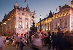 皮卡迪利广场在夜 伦敦 免版税库存图片