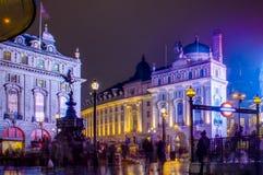 皮卡迪利广场在晚上在伦敦,英国 免版税图库摄影