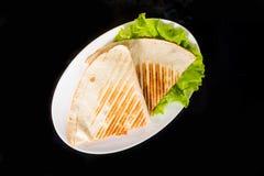 皮塔饼在新鲜的莴苣的面包薄饼 免版税库存照片