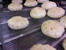 皮塔饼在烤箱外面的面包  库存图片