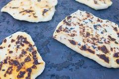 皮塔饼在Saj或Tava的面包烘烤 免版税库存图片