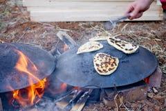 皮塔饼在Saj或Tava的面包烘烤 免版税库存照片
