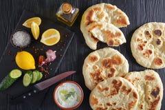 皮塔饼面包和新鲜的tzatziki调味汁 免版税库存照片
