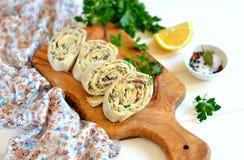 皮塔饼面包用乳酪和金枪鱼在橄榄色的委员会 库存照片