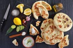 皮塔饼面包用美味tzatziki调味汁 免版税库存图片