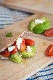 皮塔饼面包用鲕梨、蕃茄和希脂乳 库存图片
