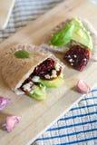 皮塔饼面包用鲕梨和各式各样的蕃茄 免版税库存图片