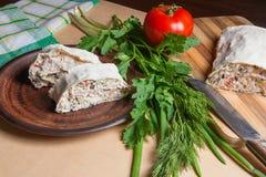 皮塔饼添面包或lavash卷两个片断用酸奶干酪或c 库存照片