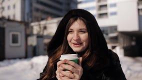 皮大衣冬天温暖的芳香咖啡的女孩 影视素材