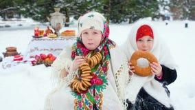 皮大衣和披肩的两个小女孩在他的俄国样式 股票录像