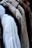 皮大衣待售在跳蚤市场上在里斯本 库存图片