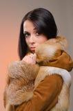 皮大衣的女孩 免版税库存图片