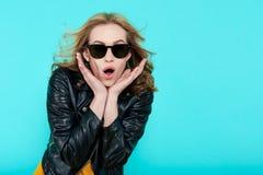 皮夹克和黑太阳镜的质朴的时髦的美丽的摇摆物女孩 废物不是死的 可爱的凉快的少妇 库存照片