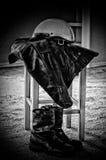 黑皮夹克白色摩托车盔甲和起动 免版税图库摄影