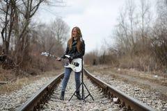 皮夹克的一个岩石音乐家女孩有吉他的 免版税图库摄影