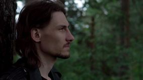 皮夹克的人在森林 影视素材