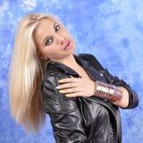 皮夹克的年轻美丽的妇女在她的胳膊宽bracel 库存照片