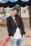 黑皮夹克的时兴的时髦的女孩 免版税库存照片