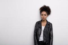 黑皮夹克的现代妇女 免版税库存图片