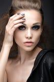 皮夹克的美丽的女孩有明亮的构成和修指甲猫眼的 秀丽表面 钉子设计 图库摄影
