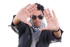 皮夹克的英俊的人有穿围巾的太阳镜的 免版税库存照片