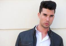 黑皮夹克的英俊的年轻人 免版税库存图片