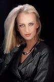 皮夹克的金发碧眼的女人 免版税库存图片