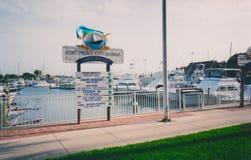 皮尔斯堡市小游艇船坞-钓鱼吹嘘可利用 库存图片