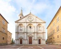 皮恩扎和Pio II方形的透视,意大利大教堂校正的 免版税库存图片