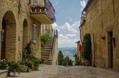 皮恩扎老街道有全景veiw的 托斯卡纳 意大利 免版税库存照片