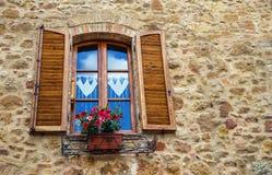 """皮恩扎,意大利†""""2017年7月22日:与快门的典型的意大利窗口在一个石墙上在古老托斯卡纳镇皮恩扎 免版税库存图片"""