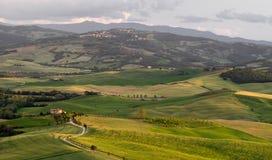 皮恩扎, TUSCANY/ITALY - 5月19日:在皮恩扎下的农田托斯卡纳的 库存照片