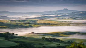 皮恩扎, TUSCANY/ITALY - 5月22日:打旋通过Val d'Orc的薄雾 图库摄影