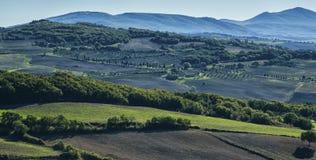 皮恩扎-托斯卡纳/意大利, 2016年10月30日:与绵延山和谷的风景托斯卡纳风景在秋天,在皮恩扎- Val D `附近 图库摄影