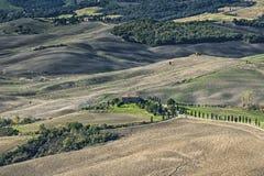 皮恩扎-托斯卡纳/意大利, 2016年10月30日:与绵延山和谷的风景托斯卡纳风景在秋天,在皮恩扎- Val D `附近 库存照片